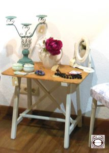 Decoración,mesa baja tocinera de madera decapada blanco