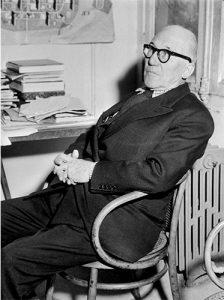 Le corbusier sentado en una silla N 209 de August Thonet