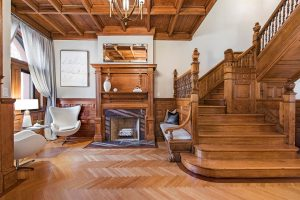 Artesonado y escalera de madera típicas de estos Brownstone
