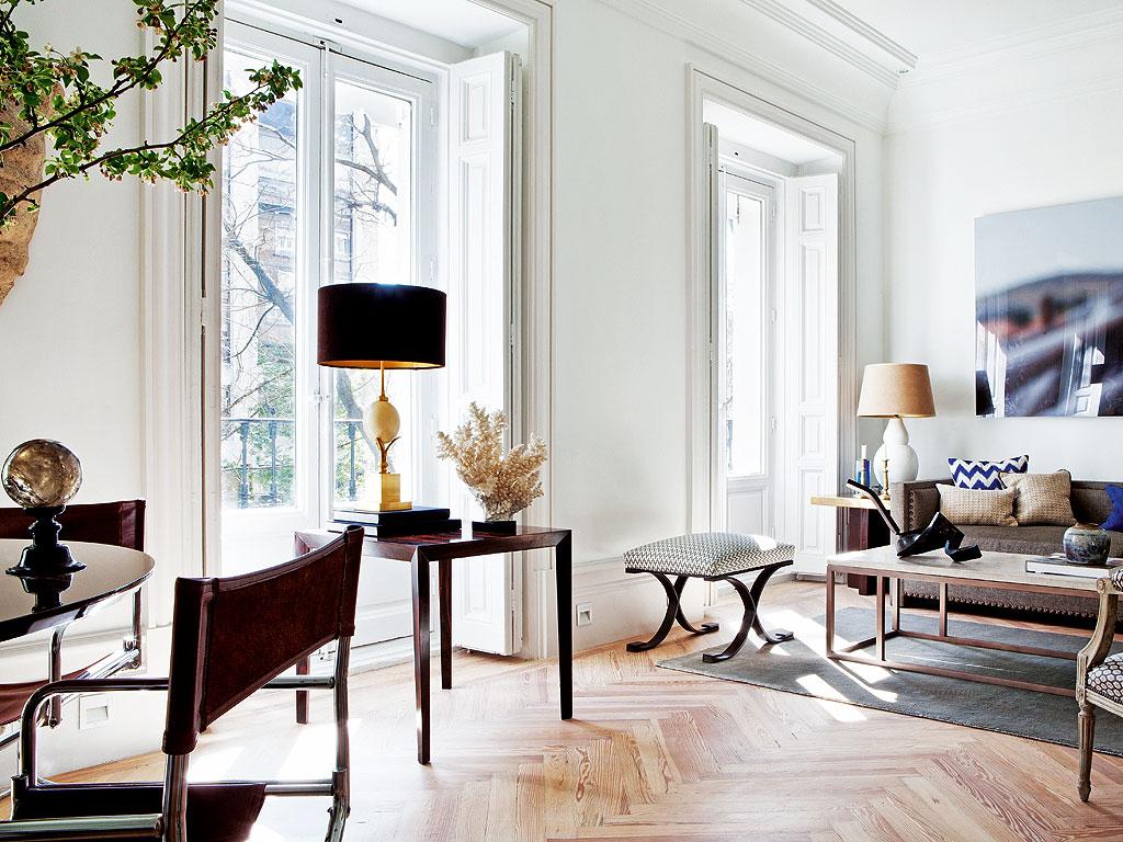 preciosa vista de salon con lampara Maison Jansen delante del ventanal