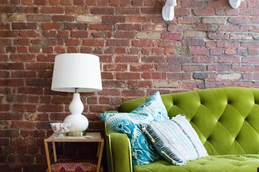 pardde ladrillos vistos new york y sofa tapizado en verde blog la josa shop