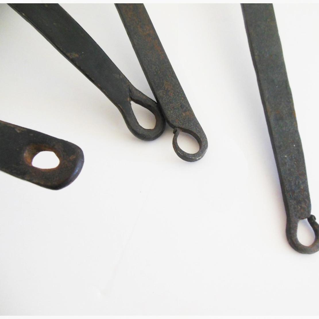 juego de cazos de cobre antiguos realizados a mano siglo xix o anteriores´Juego cacerolas de cobre pesado francesa antigua, mango de hierro forjado.Four antique French heavy copper saucepan, wrought iron handle